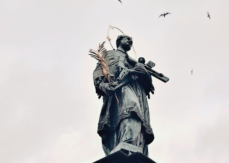 Statua di San Giovanni Nepomuceno sul Ponte Carlo di Praga
